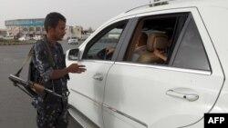 Binh sĩ Yemen kiểm tra 1 chiếc xe tại 1 trạm kiểm soát ở thủ đô Sanaa, 16/7/2014.