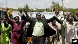 Hundreds of southern Sudanese take part in a demonstration against northern Sudan's military incursion into the border town of Abyei in the southern capital of Juba, May 23, 2011.