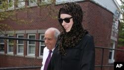 波士顿马拉松爆炸案嫌疑人塔梅尔兰•萨纳耶夫的遗孀拉塞尔4月29日离开罗德岛的一家律师所