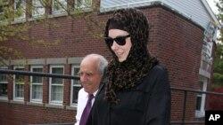 """Katherine Russell (kanan) janda Tamerlan Tsarnaev meninggalkan kantor pengacara """"DeLuca and Weizenbaum"""" didampingi Amato DeLuca (kiri) di Providence, Rhode Island (29/4)/"""