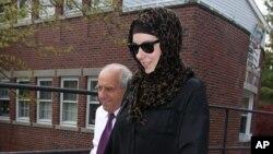 보스턴 테러 용의자 타메를란 차르나예프 미망인 캐서린 러셀이 지난 29일 수사 관계자들과 함께 집을 나서고 있다.