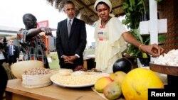 Tổng thống Obama (giữa) đến thăm một cuộc triển lãm về an toàn lương thực ở Dakar, Senegal 28/6/13