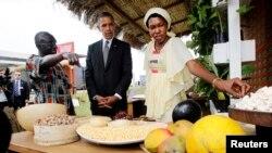 El presidente Barack Obama observa granos y frutas en una exposición de seguridad alimentaria en Dakar.