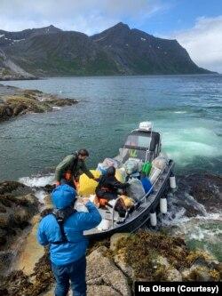 """Sukarelawan """"In the Same Boat"""" mengumpulkan sampah plastik dari pulau dan pantai Norwegia. (Foto: Ika Olsen)"""