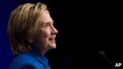 Hillary Clinton berbicara dalam acara amal anak-anak di Newseum di Washington (16/11). (AP/Cliff Owen)