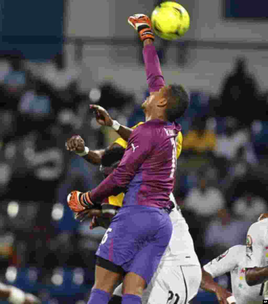 Ghana's goalkeeper Adam Kwarasey makes a save during their African Nations Cup Group D soccer match against Mali in Franceville Stadium January 28, 2012.