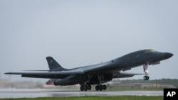 美国空军B-1B枪骑兵型轰炸机准备从美国关岛起飞(2017年9月23日)
