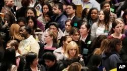 지난 3월 14일에 미국 뉴욕에서 열린 보건 취업 박람회에 참가한 구직자들.