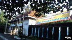A banner wishing Muslims a happy Ramadan seen in a church in Solo, Central Java. (VOA - Y. Satriawan)