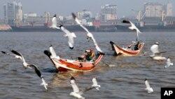 Suasana Sungai Rangoon di tengah kota Rangoon, Myanmar (7/2).