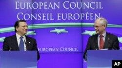 유럽연합 정상회담에서 발언을 하는 허만 반 롬퓌(우) 유럽연합 의회 의장과 유럽연합 집행위원회의 호세 바로소(좌) 위원장