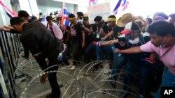 태국 방콕에서 30일 특별수사부 청사 앞에 모인 반정부 시위대