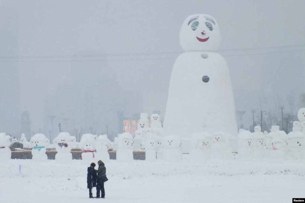中國哈爾濱的大小雪人和遊客(2018年1月8日)