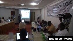 Séance de présentation des projets par un binôme réalisatrice-producteur, à Ouagadougou, le 24 septembre 2017. (VOA/Issa Napon)