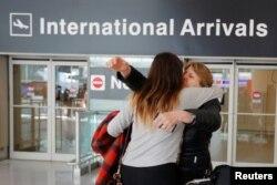 Arhiva - Mahnaz Kanani Zadeh, desno, u zagrljaju sa svojom nećakom Negin nakon što je, posle putovanja iz Irana u SAD, federalni sud privremeno ukinuo zabranu putovanja koju je uveo predsednik SAD Donald Tramp uredbom, na Logan aerodromu u Bostonu, Masačuses, 6. februara 2017.