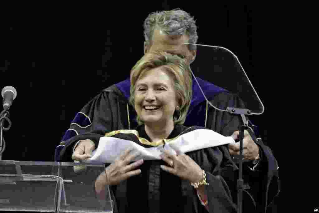 """Летом 2017 Клинтон выступила перед выпускниками нескольких колледжей - в том числе в колледже имени Медгара Эверса в Бруклине, где также получила почетную степень. """"Я бы хотела прилететь сюда из Белого дома, - сказала она выпускникам. - Но тем не менее, я рада быть здесь"""". (8 июня 2017)"""