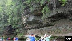 学生们在密西西比河的支流上漂流