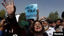 Các nhân viên hãng Hàng không Quốc tế Pakistan (PIA) Nhân viên của Pakistan International Airlines (PIA) hô khẩu hiệu khi họ diễu hành tới sân bay quốc tế Jinnah trong cuộc biểu tình tại Karachi, Pakistan, ngày 02/2/2016.