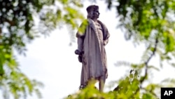 နယူးေယာက္ခ္ၿမိဳ႕၊ မဲန္ဟက္တန္မွာရွိတဲ့ Christopher Columbus ေက်ာက္႐ုပ္တု။