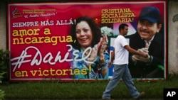 니카라과 대선 전날인 5일 오르테가 대통령과 무리요 부통령 후보의 홍보 현수막 앞을 한 남성이 지나가고 있다.
