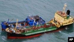 日本防务省2018年2月16日发布的照片显示挂有朝鲜旗帜的油轮在东中国海海域进行海上交易。日本方面怀疑联合国对朝制裁遭破坏。