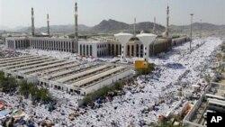 Alhazai su na Sallah a masallacin Namira dake Arafat, kusa da Makka a ranar litinin 15 Nuwamba 2010
