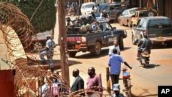 Polisi wa Uganda wawazuilia wanahabari wa gazeti la Daily Monitor kuondoka afisini zao mjini Kampala kwa tuhuma kwamba gazeti hilo liliandika tahariri ya kuikashfu serikali.
