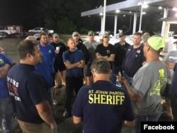 텍사스주 휴스턴으로 떠나기에 앞서 준비상황을 점검하고 있는 루이지애나주 자원봉사단체 '케이준 네이비' 대원들. (케이준 네이비 페이스북)
