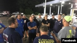 """路易斯安那""""卡真海军""""志愿队员前往德克萨斯州前讨论行动计划。"""