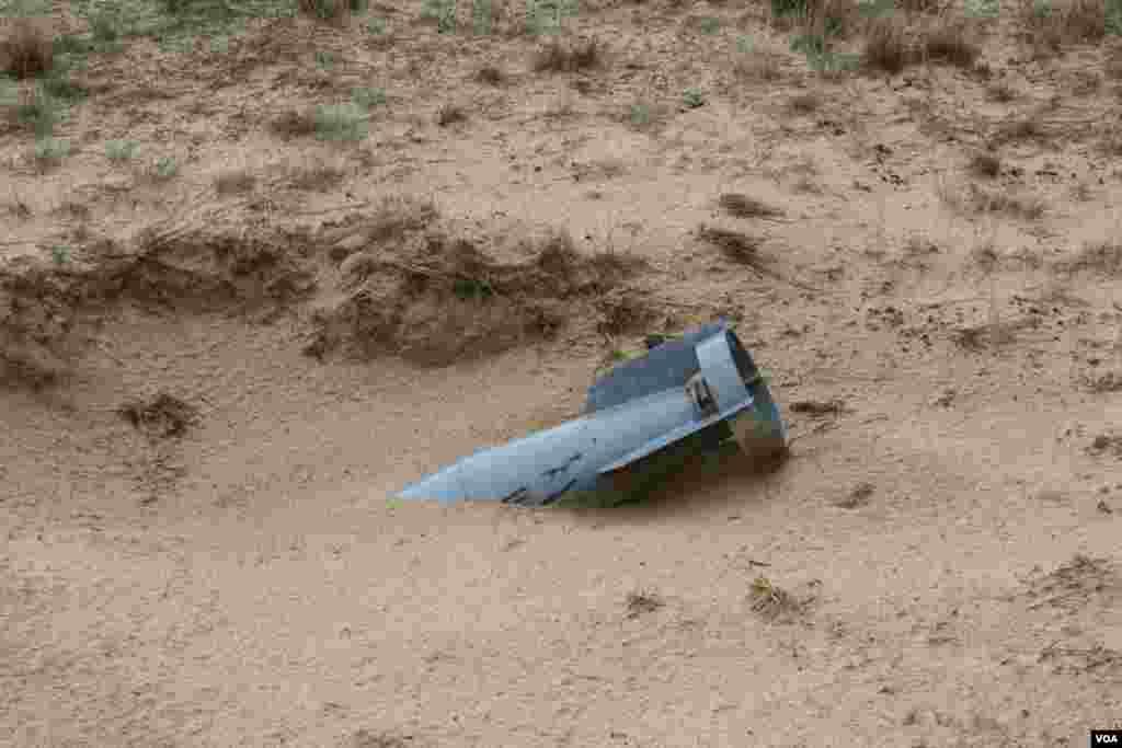 Ранее в Алёшковских песках находился военный полигон, на котором отрабатывали бомбометания летчики из стран Варшавского договора. До сих пор в песках находят неразорвавшиеся боеприпасы.