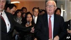 美国朝鲜问题特使博斯沃思(右)10月24日在日内瓦