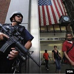 Polisi New York tampak siaga di dekat stasiun kereta bawah tanah Penn Station di New York.