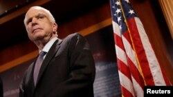 Senator AS John McCain dalam sebuah konferensi pers di gedung Kongres AS, 27 Juli lalu (foto: dok).