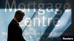 Seorang pekerja di pusat pinjaman Australia and New Zealand Bank di Sydney. (Reuters/Daniel Munoz)
