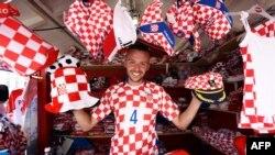 Un vendeur des souvenirs aux couleurs de l'équipe de la Croatie avant le match de football Coupe du monde Russie 2018 entre la Croatie et la Russie dans un stand sur la place principale de Zagreb le 7 juillet 2018.