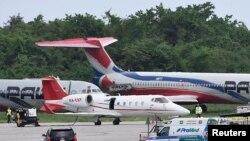 Una ambulancia que transporta a David Ortíz, llega al Aeropuerto de Las Américas en Santo Domingo, donde se encuentra un pequeño avión enviado para trasladar al extoletero de los Medias Rojas a Boston, el lunes 10 de junio de 2019, un día después de que fue herido de bala (AP Fot