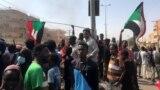 수단 수도 하르툼 주민들이 25일 쿠데타 항의 시위를 벌이고 있다.