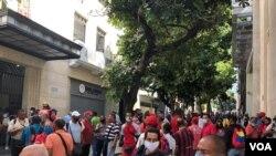 Trabajadores públicos venezolanos manifiestan en la plaza Bolívar en Caracas, en el centro de la ciudad. Octubre 7, 2020.