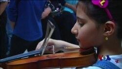 伊拉克儿童在音乐中找到慰籍