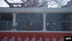 2월 26일 북한 평양의 경전차 탑승객들이 신종 코로나바이러스 감염을 막기 위해 대부분 마스크를 쓰고 있다.