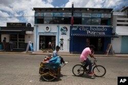 Gereja Maradona di sebelah kedai pizza di San Andres Cholula, negara bagian Puebla, Meksiko, Minggu, 18 Juli 2021. (AP)