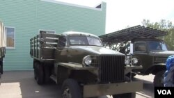 二战中苏军著名的喀秋莎火箭炮(右)。喀秋莎火箭炮都架在美国援助的斯图贝克(左)等型号卡车上。莫斯科去年夏季的武器展。(美国之音白桦拍摄)
