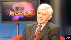 中国经济问题专家盖保德出现在美国之音电视节目上(资料照片)