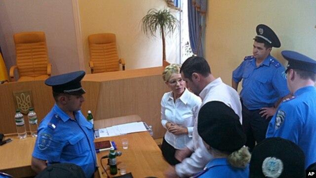 Policemen arrest former Ukrainian Prime Minister Yulia Tymoshenko in the Pecherskiy District Court in Kyiv, August 5, 2011