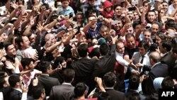 埃尔多安总统和支持者握手
