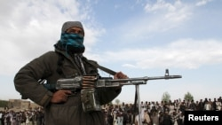 Wani dan Taliban rike da bindiga