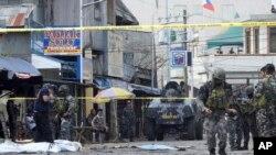 Polisi penyelidik dan tentara tiba di lokasi kejadian setelah dua bom meledak di luar gereja Katedral Katolik Roma di Jolo, ibukota provinsi Sulu, Filipina selatan, 27 Januari 2019. (foto: dok).