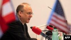 Perunding AS Marshall Billingslea memberikan keterangan pers di Wina, Austria, 23 Juni 2020.