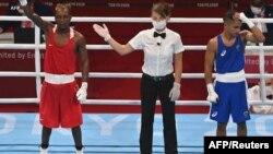 Patrick Chinyemba wa Zambia akishangilia ushindi dhidi ya Alex Winwood wa Australia katika uzani wa Fly