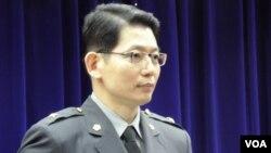 台湾国防部发言人罗绍和3月26日在记者会上 (美国之音申华拍摄)